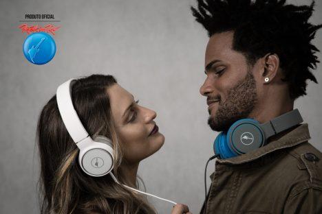 5e345ee32d9 Headphone Rock Sunset- microfone integrado oferece conforto de estar sempre  conectado ao telefone com as mãos livres. Acabamento emborrachado  proporciona ...